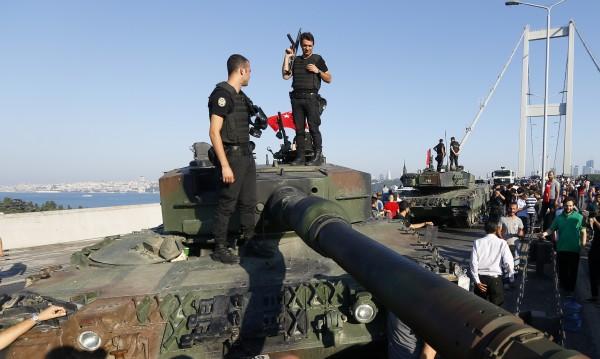Турция изпрати нови танкове по границата със Сирия