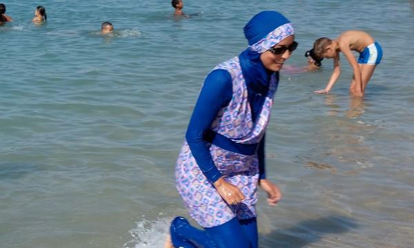 Мюсюлманка да плати за чистене на басейн, плувала с буркини?