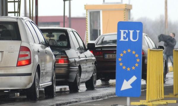 Трима българи – без коли в Гърция, мъкнели бензин и ракия