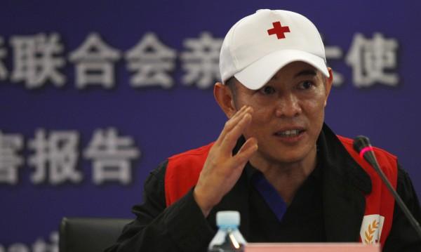 Джет Ли с лично дарение за семейството на загинал каскадьор