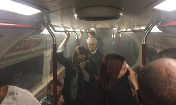 Пожар във влак в метрото в Лондон, дим във вагоните