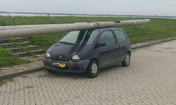 Кражбата на века? Мъж сви улични стълбове с Renault Twingo