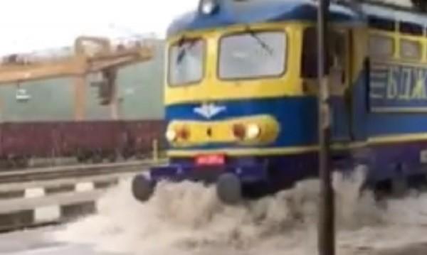 """В Дупница: Влак """"акостира"""" като кораб на жп гарата"""