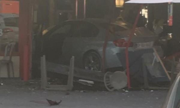 Кола се вряза в пицария край Париж, уби дете