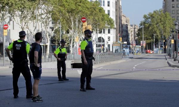 Терор окървави Барселона, дирят нападателя с микробуса