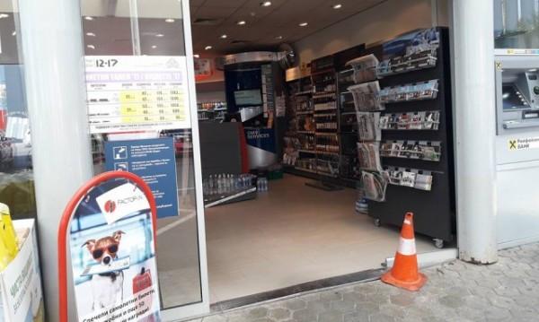 Автомобил се вряза в бензиностанция в София