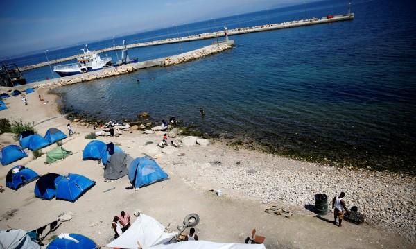 Трима българи са с белезници в Гърция. Заради палатки