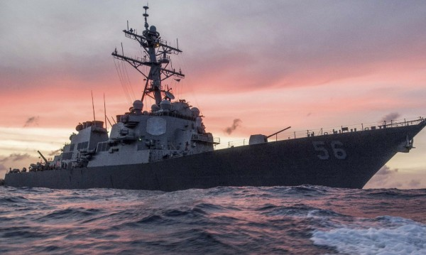 Американски моряци изчезнаха, есминец се сблъска с танкер