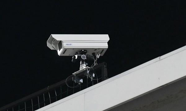 Мъж вилня с чук, изпотроши 2 камери в Ботевград