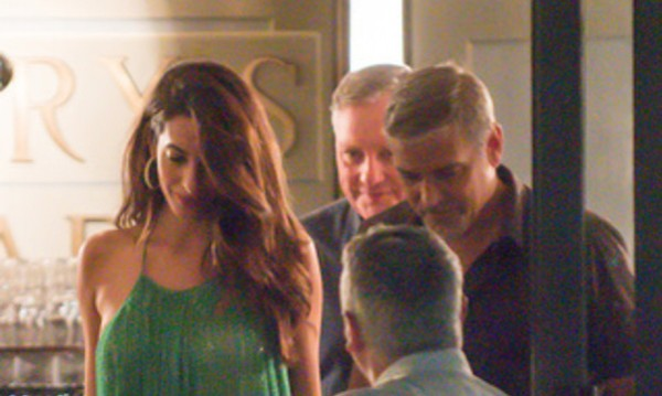 Амал на бар с Клуни в Чернобио, Италия