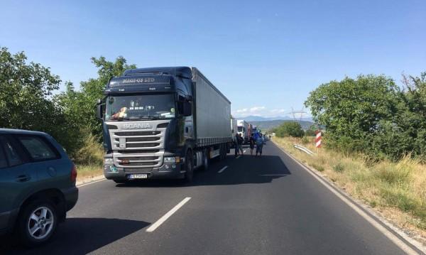 Камион, пълен с бутилки с метан, се самозапали