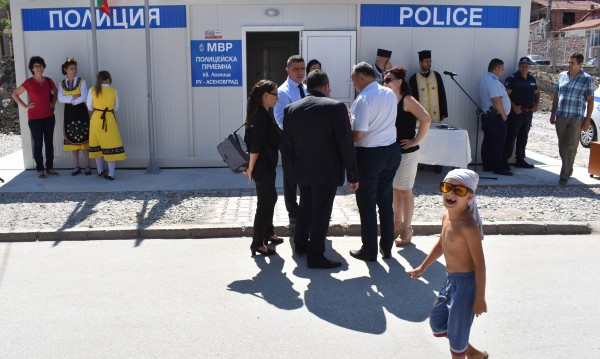 МВР-шефът vs. МВР-приемна за ромите: По-добре училище!
