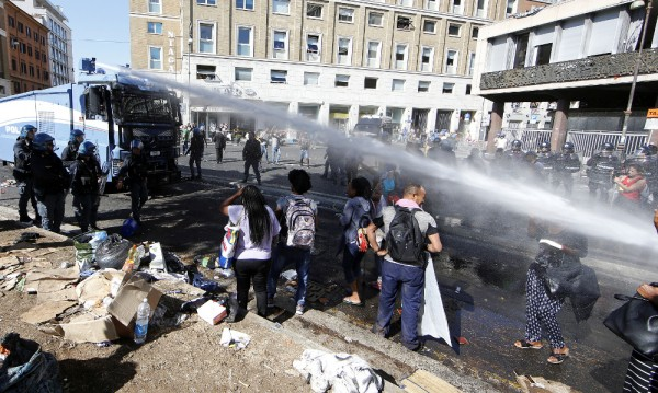 Полицията в Рим в схватка с мигранти