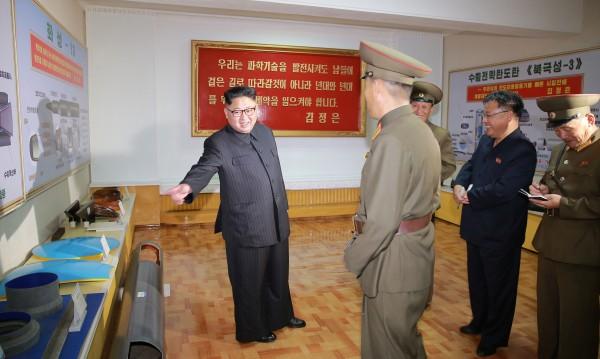 Ким Чен Ун за снимка: До чертеж на мощна балистична ракета