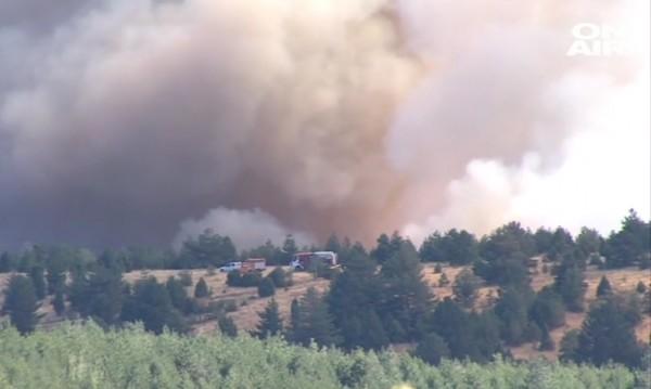 Пожарът над Кресна се разраства, eвакуират хората