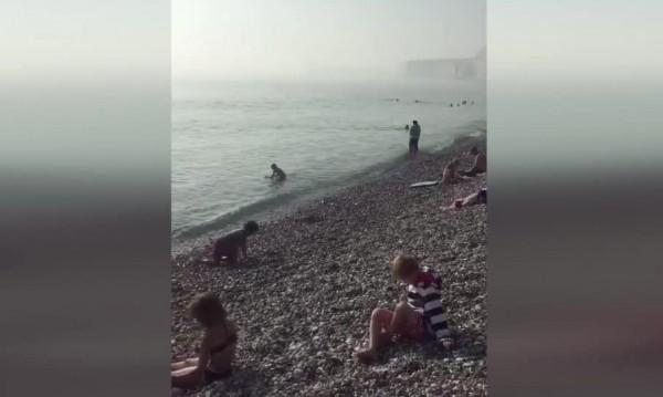 """""""Химическа мъгла"""" на британски плаж, стотици евакуирани"""