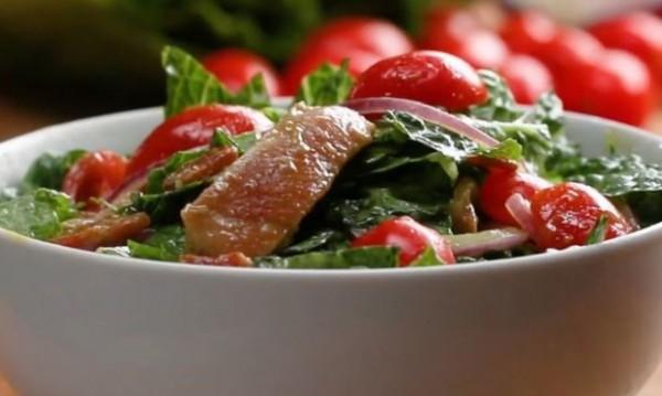 Рецептата Dnes: Салата с мариновано пиле и авокадо