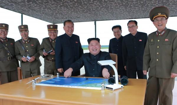Пхенян изстреля нова ракета, Ким готви военна операция