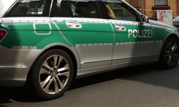 Мъж нападна полицаи в джамия в Берлин