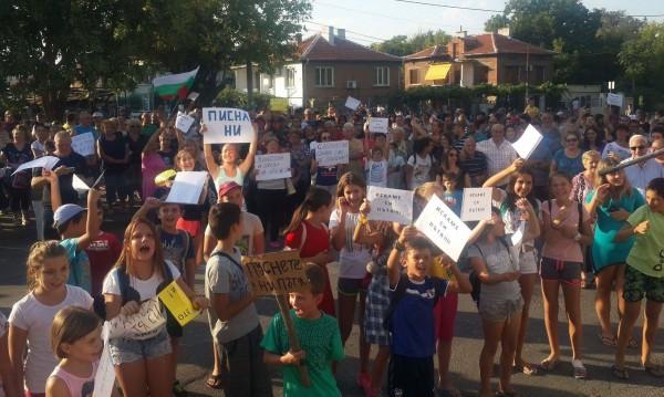 """Жители на пловдивския кв. """"Коматево"""" излязоха на протест"""