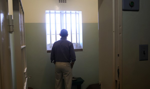 Затворник избяга от ареста... през решетките, с чаршаф