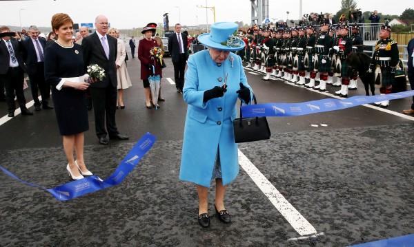 Елизабет II откри най-високия мост на Острова – 207 м