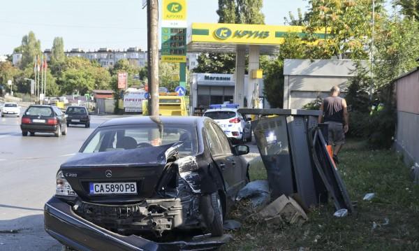 Кола се удари в газозамерно табло на метри от бензиностанция