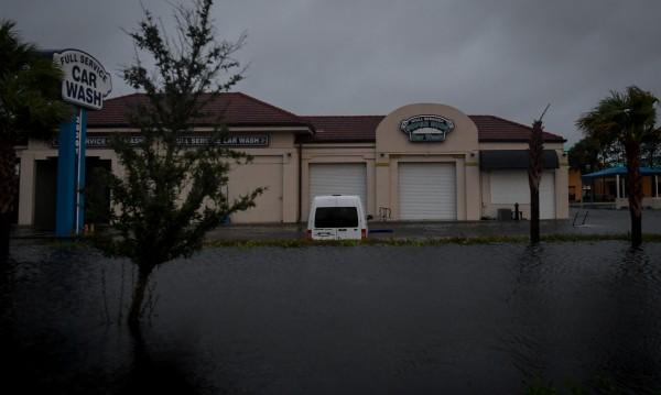 """Близо 6 млн. абоната във Флорида са без ток заради """"Ирма"""""""