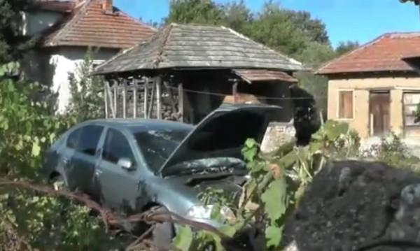 Кола се заби в ограда и влетя в двора на къща