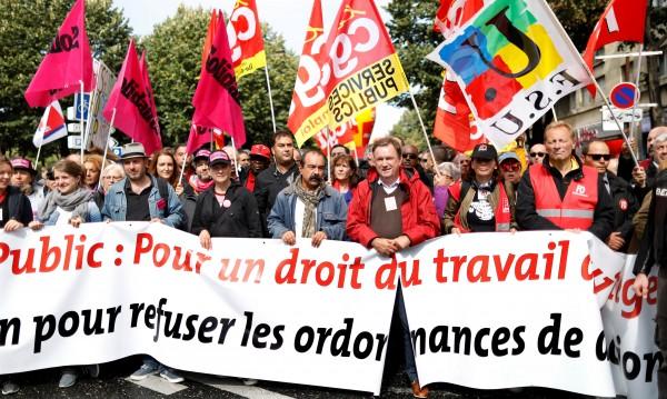 """Макрон няма да отстъпи на """"мързеливците"""", те – на протест"""