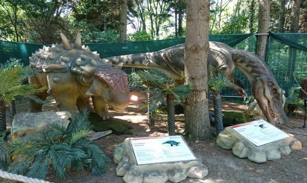 Динозаври на разходка в парка на Военната академия