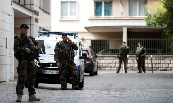 Мъж нападна с нож военен в Париж