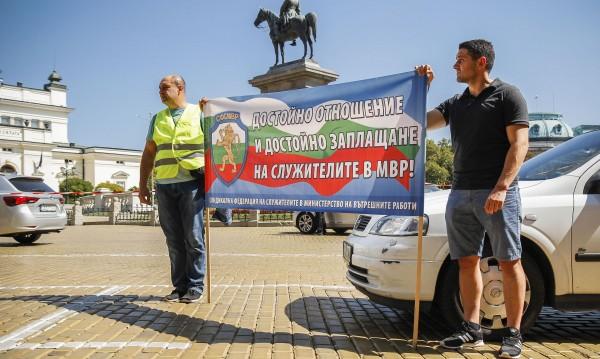 Полицаите към премиера Борисов: Министърът ни плаши, а вие?