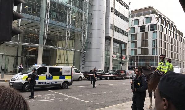 Подозрителен пакет затвори част от Лондонското Сити
