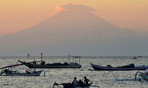 10 000 се евакуираха на о. Бали заради активен вулкан