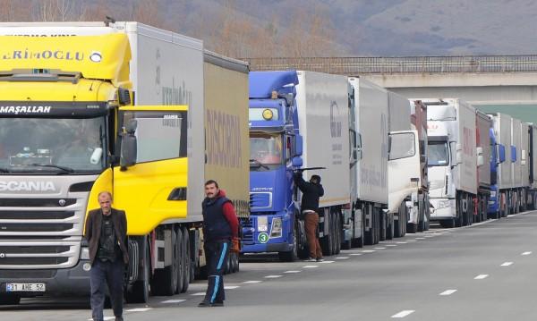 """3 км колона на """"Дунав мост 2"""", трафикът към Гърция спокоен"""