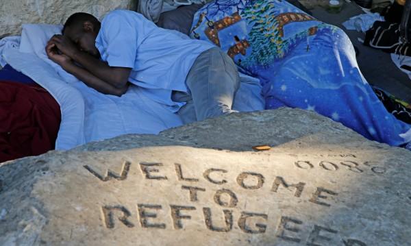 Грижата за мигрантите в Гърция: Препълнени килии, въшки, глад