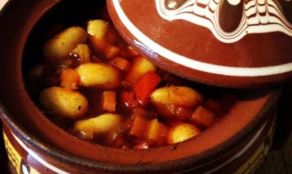Рецептата Dnes: Ароматна боб яхния в гювече