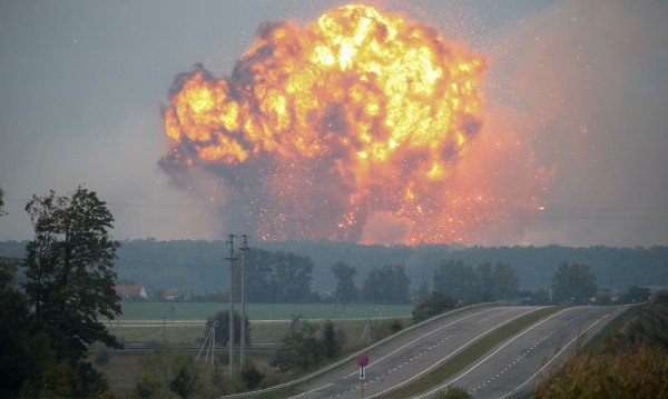 """""""Армагедон"""" във Виница, Украйна – горят 188 000 т боеприпаси"""