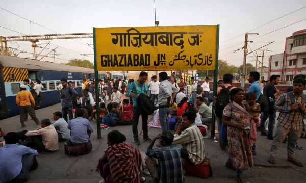 Най-малко 15 загинали при блъсканица на гара в Мумбай