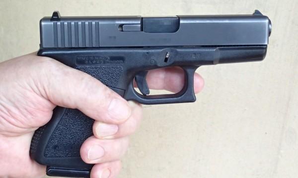 21-годишен с пистолет срещу 25-годишен, сви му GSM-а