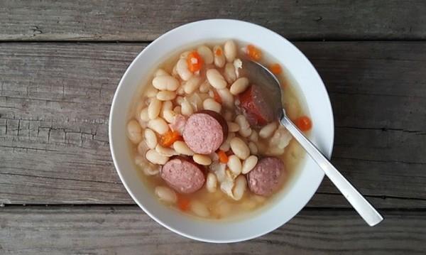 Рецептата Dnes: Пикантна яхния с наденица и боб