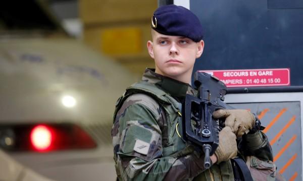 В Париж откриха взривно устройство – петима задържани