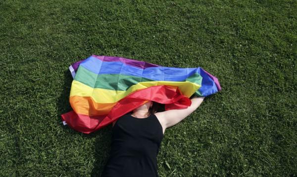 Белезници за 22-ма в Египет: Развяли гей знаме на концерт
