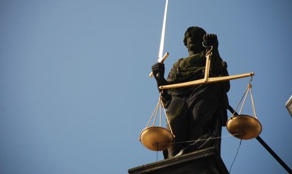 Прокурор с две обвинения – за сводничество и кражба на ток