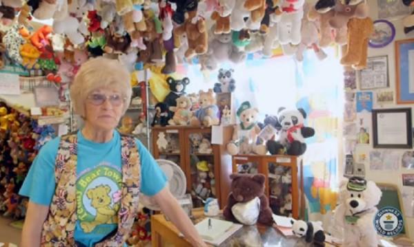 Кой има най-много плюшени мечета? 68-годишната Джаки