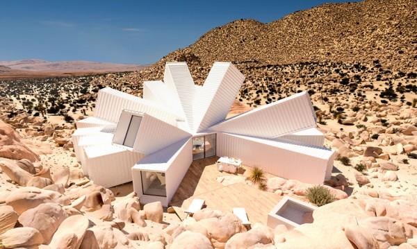 Това не е огромно пустинно цвете – къща от контейнери е!