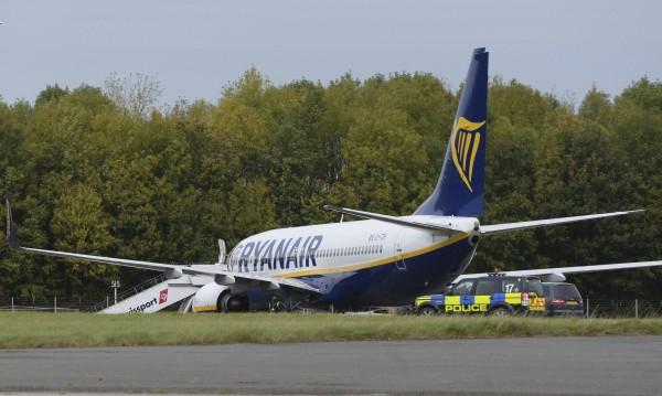 """Изтребители ескортираха самолет на """"Райънеър"""" над Англия"""