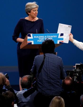 Тереза Мей се бори за политическото си оцеляване