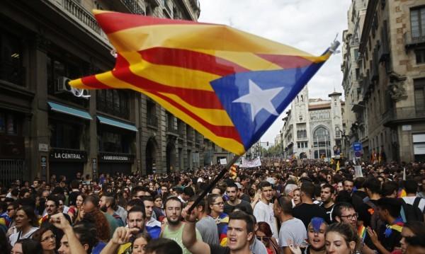 Мадрид иска избори в Каталуния, така ще бори кризата